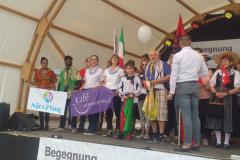 Auf der Bühne gemeinsam mit anderen FahnenträgerInnen
